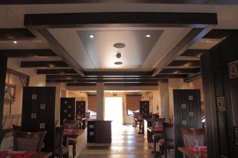 песочный потолок в кафе фото