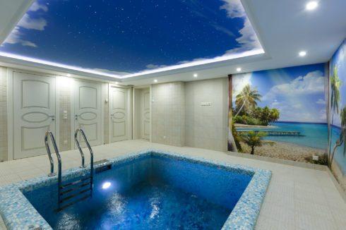 бассейн с ночным небом
