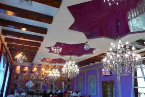 темно розовый потолок в кафе