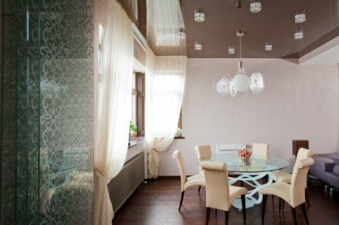 Светло-коричневый глянцевый потолок натяжной