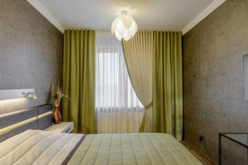 комната с зеленой шторкой