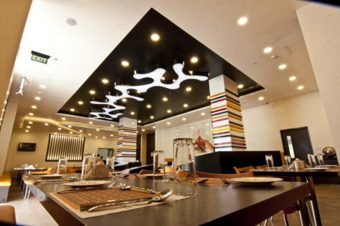 темно серый-коричневый потолок в кафе