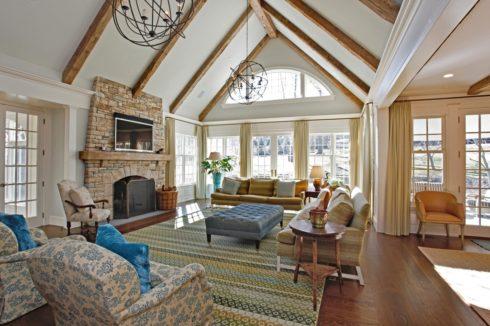 серый потолок в доме