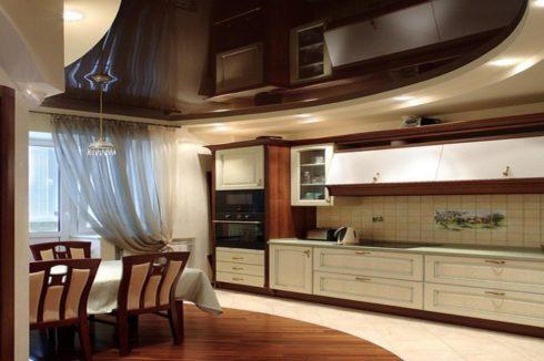 темно-коричневый потолок на кухне