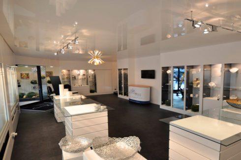 белый широкий потолок