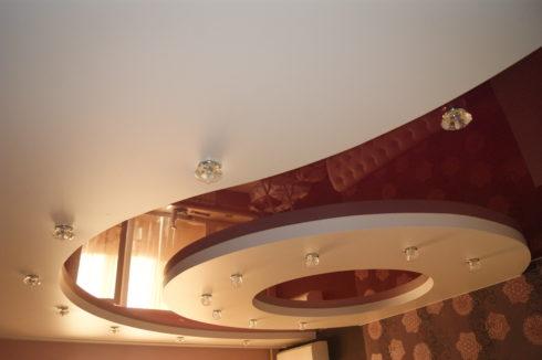 бордовый многоуровневый глянец спальня