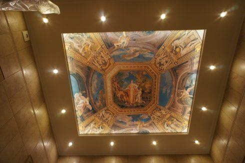 потолок с рисунком и подсветкой