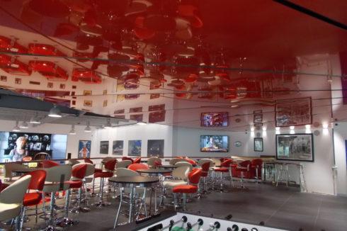 красный пазловый потолок в столовой