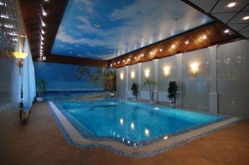 бассейн с небесным потолком и подсветкой