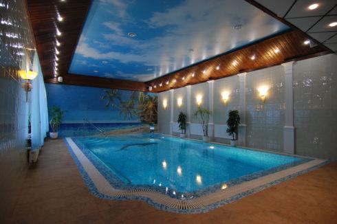 потолок с небом над бассейном