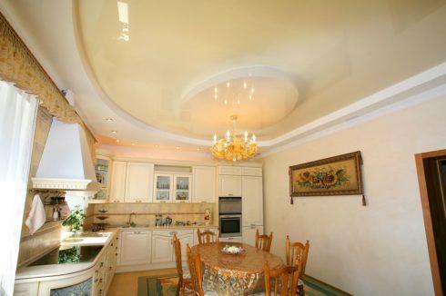 кремовый натяжной потолок на кухне