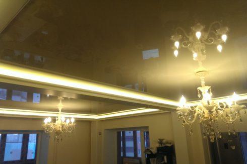 золотистый потолок с люстрой