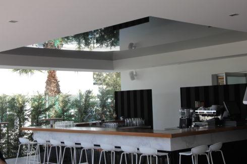 черный и белый потолок на баре