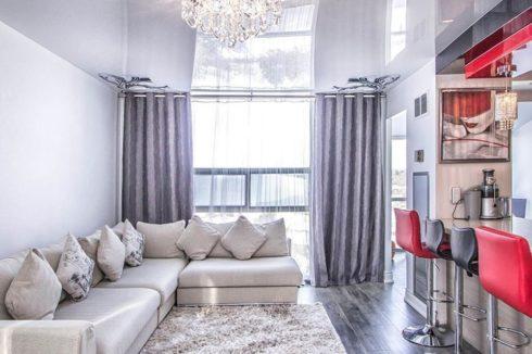 белоснежный потолок в гостиной