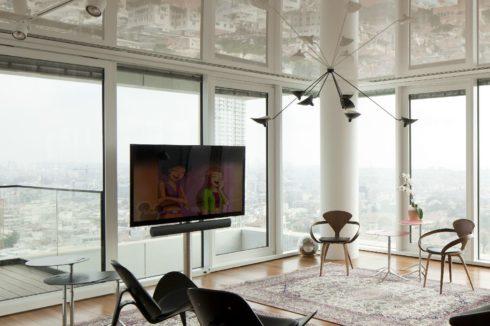 кремовый одноуровневый потолок в гостиной