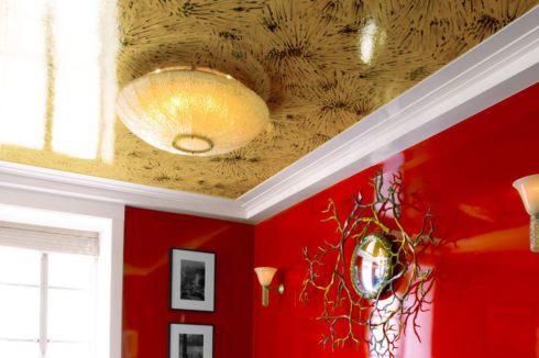 красные стены оранжевый потолок
