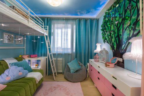 детская с кроватью под потолком