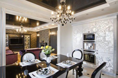 коричневый глянцевый потолок в столовой