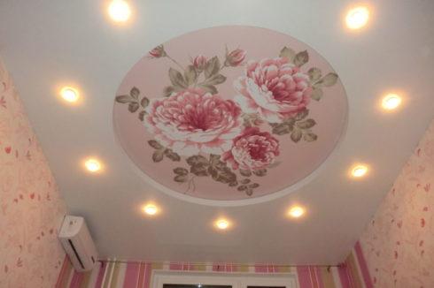 потолок с печатью цветочков