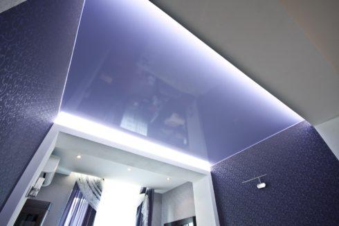 потолок с оттенком синего