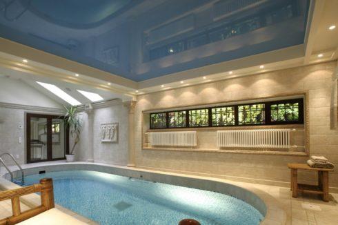 синий натяжной потолок в басейне