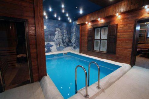черно-синий потолок над басейном