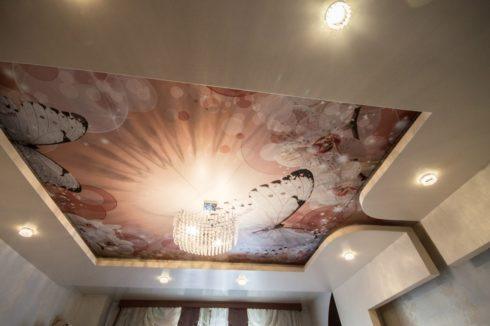 потолок с печатью бабочек
