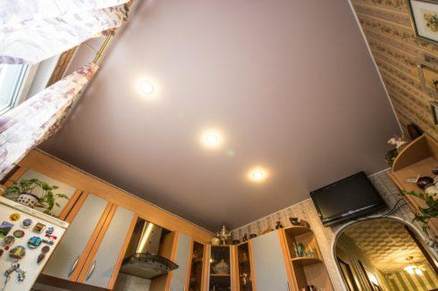 Потолок с тремя лампами