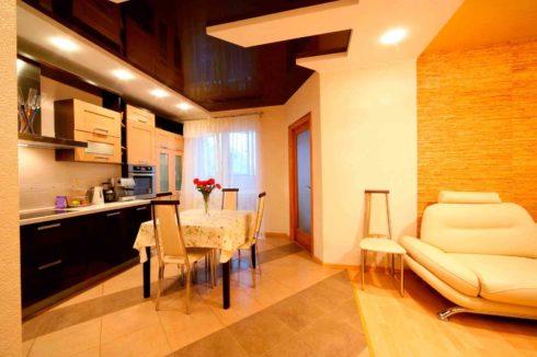 потолок цвета дуб на кухне