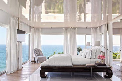 глянцевый белый потолок над кроватью