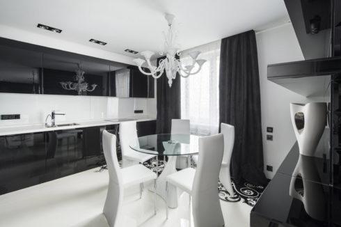 Черно-белая комната с окном