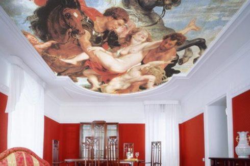 комната с потолком фреской