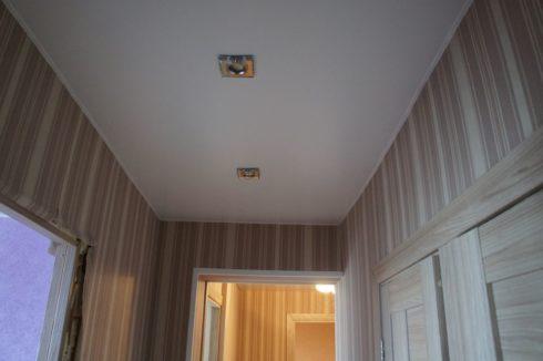 белый потолок коридоре