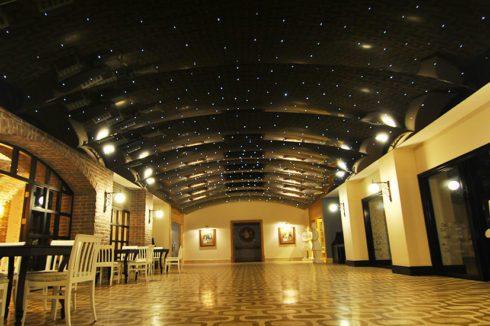 Волнистый потолок с точечной подсветкой