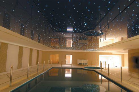 бассейн с темным натяжным потолком