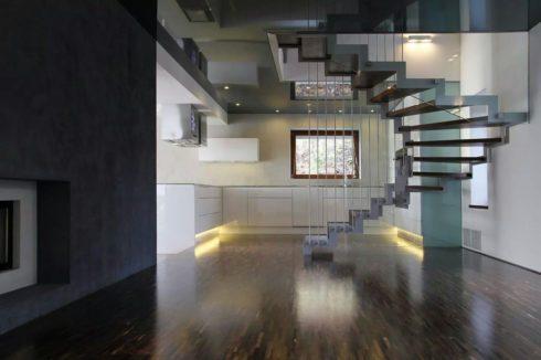 темный потолок в комнате с лестницей
