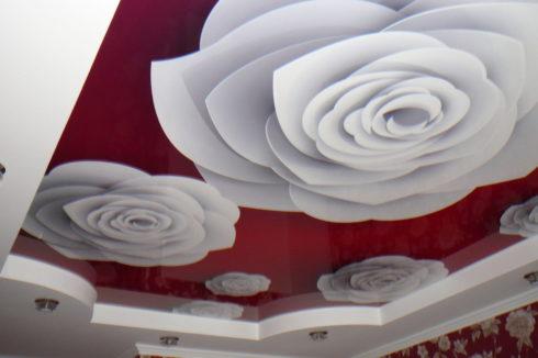 красный потолок с белыми цветами