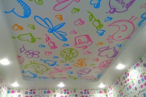 потолок с детскими рисунками