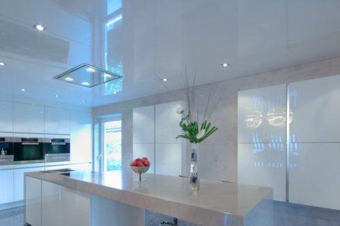 белый потолок в белой кухне