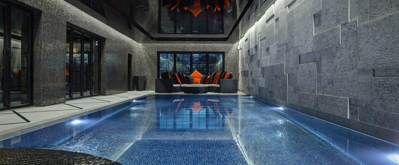 бассейн с черным глянцевым потолком