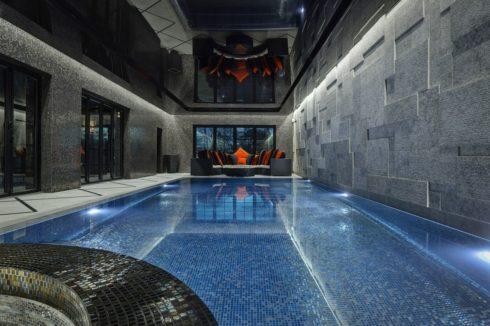 черный потолок над басейном
