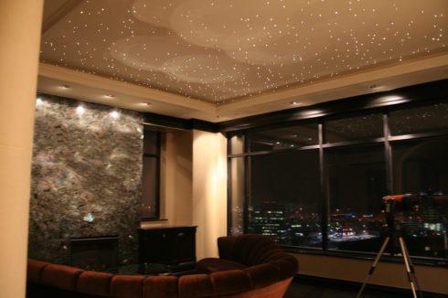 коричневый потолок с точечной подсветкой