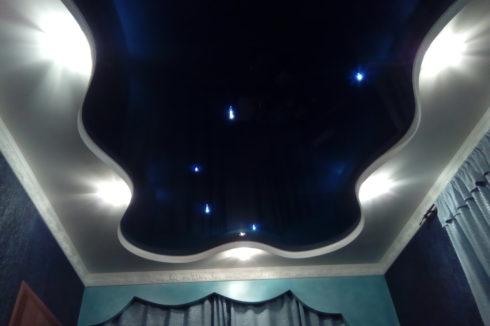 черно-синий глянец потолок с подсветкой