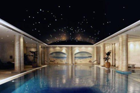 бассейн с черным звездным потолком