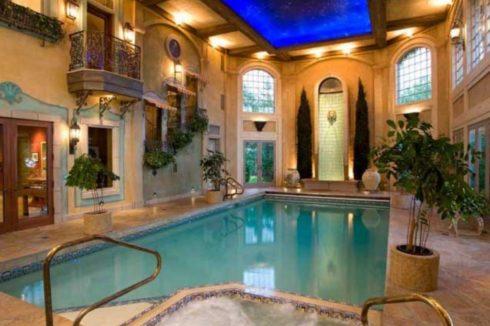 бассейн с черно-синим потолком