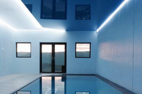 темно синий потолок с белой подсветкой