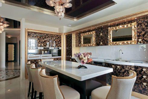 черный и белый потолок на кухне