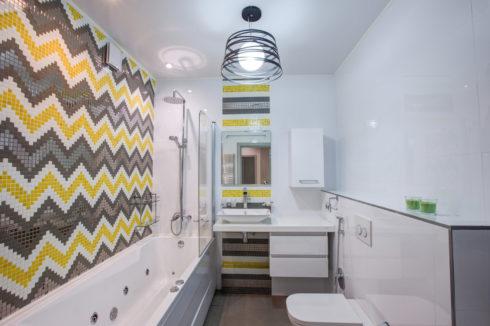 ванная с мозайчатой плиткой