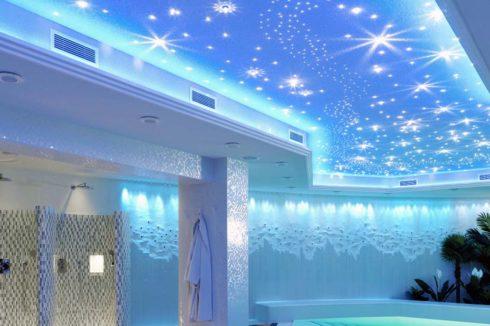 душ с голубым потолком