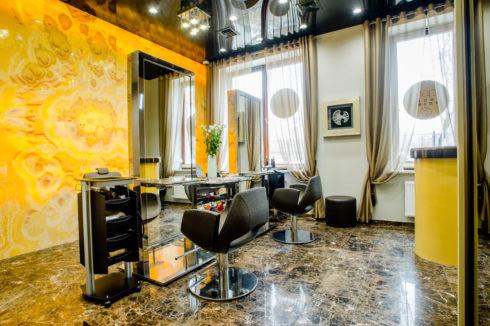 черный потолок в парикмахерской